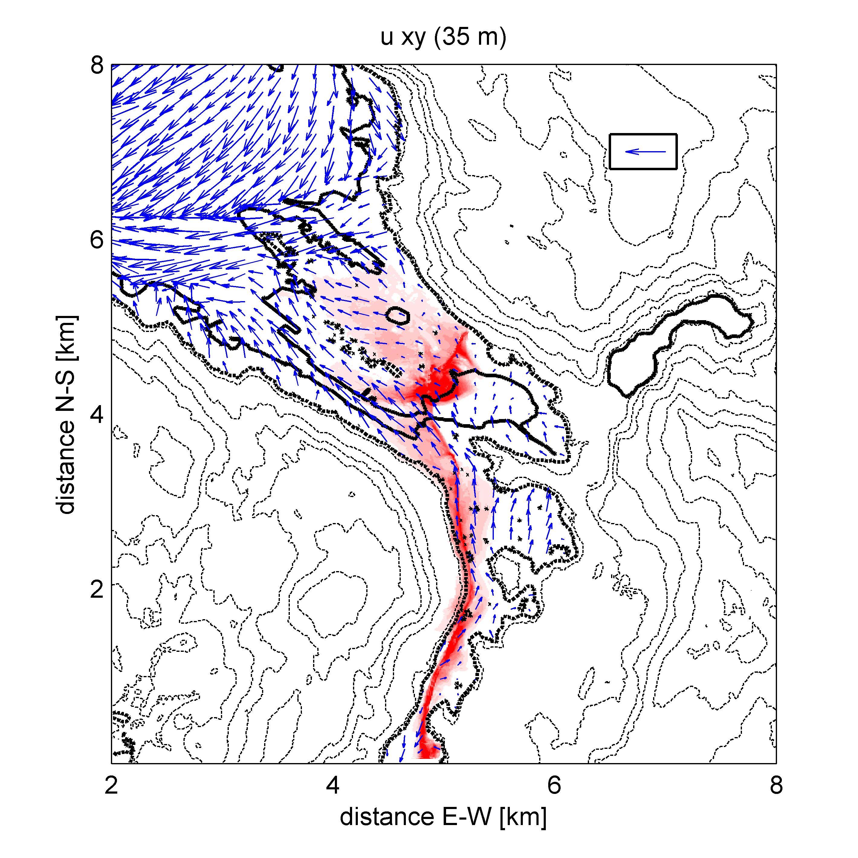 En idealisert model simulering av spredning av luftforurensning fra trafikk på E39 under en inversjonssituasjon tilsvarende den som finner sted tidlig i januar 2016. Rødt indikerer høyest luftforurening. De høye verdiene rundt Nygårdstangen er trolig ikke realistiske, men et resulatt av bruk av et forenklet utslippsmønster i modellen. Modellen viser også vindhastighet og retting med blå piler. Generelt er det svært svake vinder i hele området.