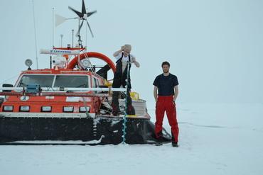 Istykkelsen i Arktis ble målt med isbor, den hvite bommen foran på luftputebåten SABVABAA og 800 kilometer over fra passerende jordobservasjonssatellitter. Yngve Kristoffersen med is boret (venstre) og Gaute Hope på isen. Foto: Nansensenteret.
