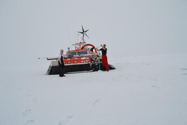 Sabvabaa på 85N: Gaute Hope (t.h.) gjør istykkelsesmålinger med isbor og Yngve Kristoffersen står ved instrumentet som måler istykkelsen kontinuerlig. Foto: Nansensenteret.