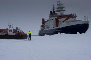 Polarstern fortsetter videre etter å ha satt ut den første norske isdriftsatasjonen 118 år etter F. Nansen´s drift med FRAM. Foto: Nansensenteret, Audun Tholfsen.