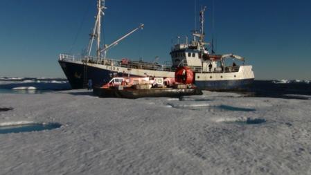 Havsel og FRAM 2014/15-ekspedisjonens luftputebåten Sabvabaa inne i Grønlandsisen 20 august 2015.