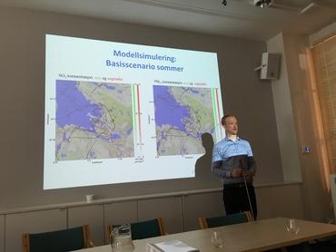 GC Rieber stipendiat Tobias Wolf presenterer resultatene fra studien for oppdragsgiver og andre framøtte på Nansensenteret.