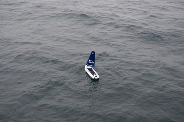 Seilbøyen med havforsurnings-sensorer i fint driv mot sin første destinasjon etter en vellykket sjøsettning.: Foto: Jenny Ullgren, NERSC.