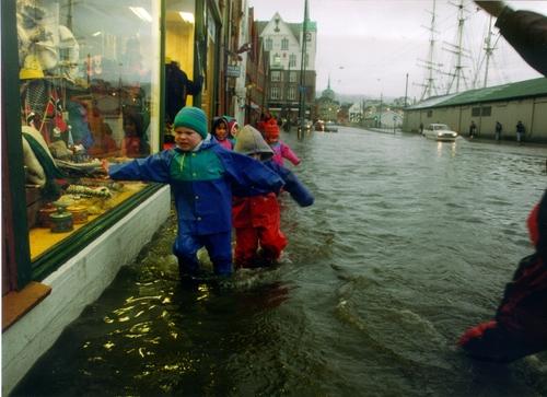 Må tilpasse oss: Stormflo på Bryggen i Bergen er ikke ett nytt fenomen. I framtiden vil også havnivåstigningen komme i tillegg: Fra Nansensenterets årsrapport i 1998.