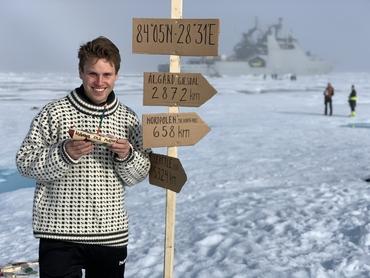 Bjørnar Hallaråker Røsvik ledet «Float Your Boat» arbeidet ombord KV Svalbard. Merk distansene til Gjesdal og Nordpolen!: Foto: Nicholas Roden, UiB