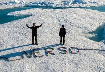 Bjørnar Hallaråker Røsvik og Matias Konrad Lunde i Arktis med båtene fra Gjesdal og Seattle: Foto: Espen Storheim, NERSC