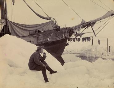 FOTO: Fridtjof Nansen in front of Fram. Eier: Nasjonalbiblioteket