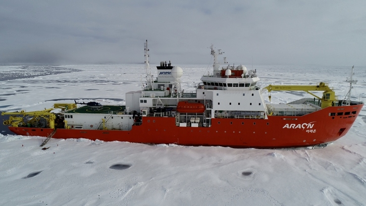 RV ARAON during the second ice camp: Photo: C.-U. Hyun, KOPRI