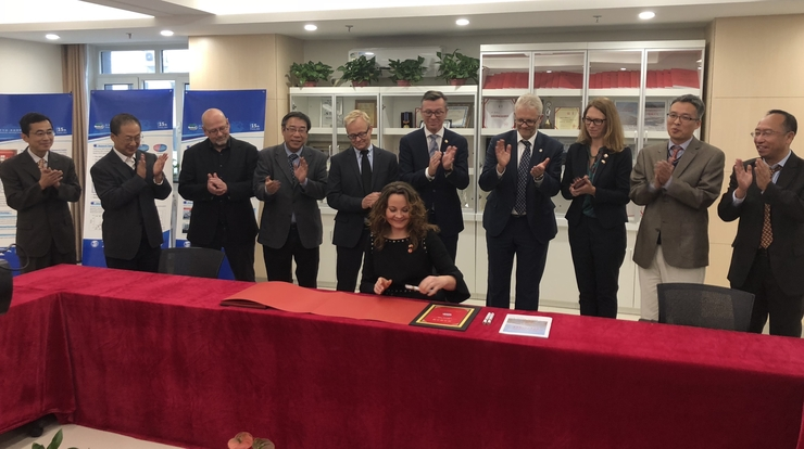 State secretary Rebekka Borsch: signing anniversary book