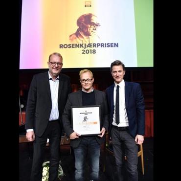 Mottakeren av Rosenkjærprisen i 2018: Sebastian H. Mernild (i midten), DR P1s kanalsjef Thomas Buch-Andersen til høyre og til venstre er det energi-, forsynings- og klimaminister Lars Christian Lilleholt (V). (Foto: Henrik Frydkjær/DR.dk)