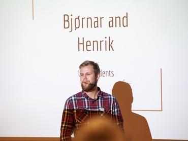 På UAK på Svalbard: Henrik og Bjørnar holdt en presentasjon om deres aktiviteter under utplasseringen ved Nansensenteret dette semesteret