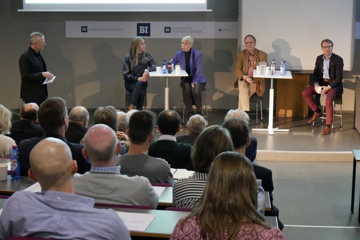 Paneldebatt: Espen Børhaug fra Bergen Næringsråd ledet debatten som også engasjerte tilhørerne til å stille spørsmål