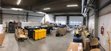 Bilde: Forberedelser og testing av CAATEX instrumentering i hangaren på flyplassen i Longyearbyen.
