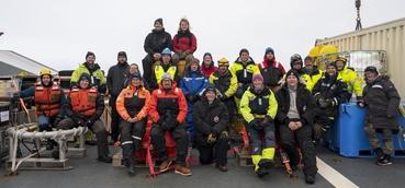 Det internasjonale forskerteamet som deltok på CAATEX-2019 toktet samlet på akterdekket til KV Svalbard. Foto: Håvard Sagen 20©19.