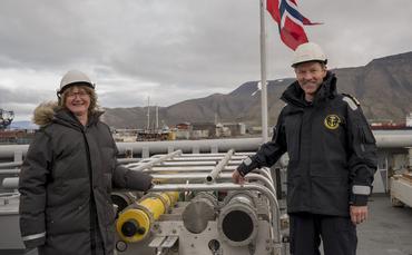 Toktleder Hanne Sagen og skipssjef Geir-Martin Leinebø med den akustiske kilden ombord på KV Svalbard i Longyearbyen ved starten av det fire uker lange CAATEX toktet. Foto: Håvard Sagen.