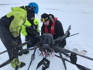 Klargjøring av NORCE sin drone to innsamling av isinformasjon i området omkring KV Svalbard. Foto: Hanne Sagen, Nansensenteret 20©19.