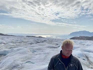 Direktør ved Nansensenteret Prof. Sebastian H. Mernild på Mittivakkat breen på Øst-Grønland i august 2019. Foto: Nansensenteret.