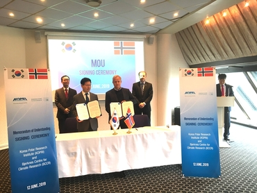KOPRI Vice President Jong Kuk Hong and Nansen Center director Sebastian H. Mernild signes the MoU  witnessed by the Korean Ambassador for Arctic Affairs HE Heung-kyeong Park and Director Bjørn Midthun Norwegian Ministry of Foreign Affairs.