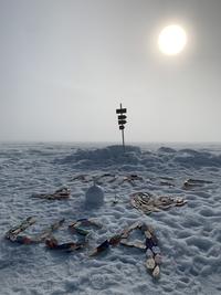 Isbøye UTAP-008, den hvite kulen i midten av bildet, omringet av båter fra Norge og USA: Foto: Bjørnar Hallaråker Røsvik, NERSC