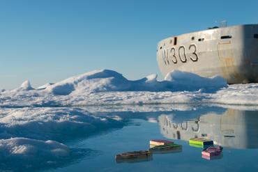 Noen av de norske båtene på vannoverflaten med KV Svalbard i bakgrunn: Foto: Espen Storheim, NERSC