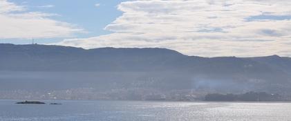 Utslipp fra skip sprer seg i høyden ut over store deler av Bergen. Bilde er fra 11. juli kl 08:35  med en forhøyet inversjon over byen. Foto: Richard Davy, Nansensenteret.