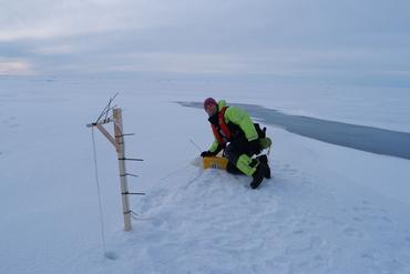 SIMBA isbøye som driver med havisen og sender daglig oppdatert miljøinformasjon om tilstanden og temperaturen i isen, snødekket og havvannet under isen. Foto: Hanne Sagen, Nansensenteret 20©19.