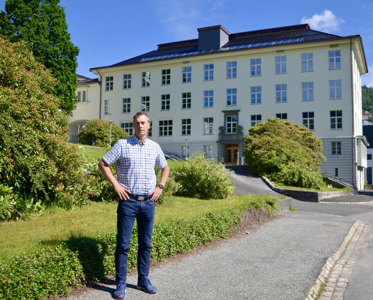Tore Furevik in front of the new home of the Nansen Center at Jahnebakken 3. Photo: Nansensenteret