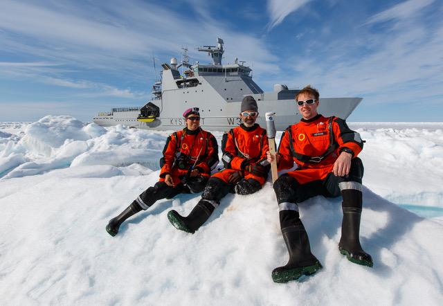 Stefan desployes a GPS buoye. FOTO: Håkon Kjøllmoen