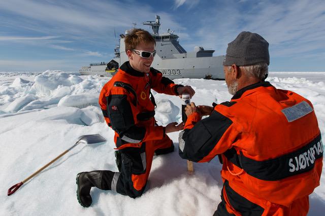 Stefan deploys a GPS buoye. FOTO: Håkon Kjøllmoen